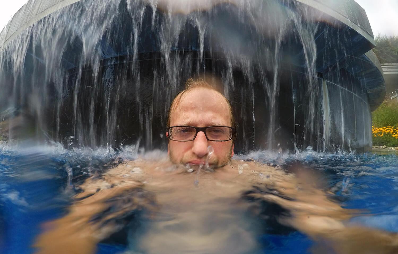 Ja, das Wasser des Bergsees in der Sauna World ist kalt...