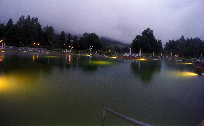 Thermalwasser Badesee der Alpentherme Gastein bei Nacht