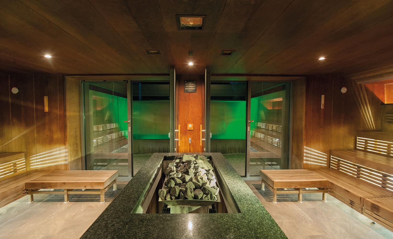 In der Cascadia Sauna der Alpenthemer finde die Themenaufgüsse statt.