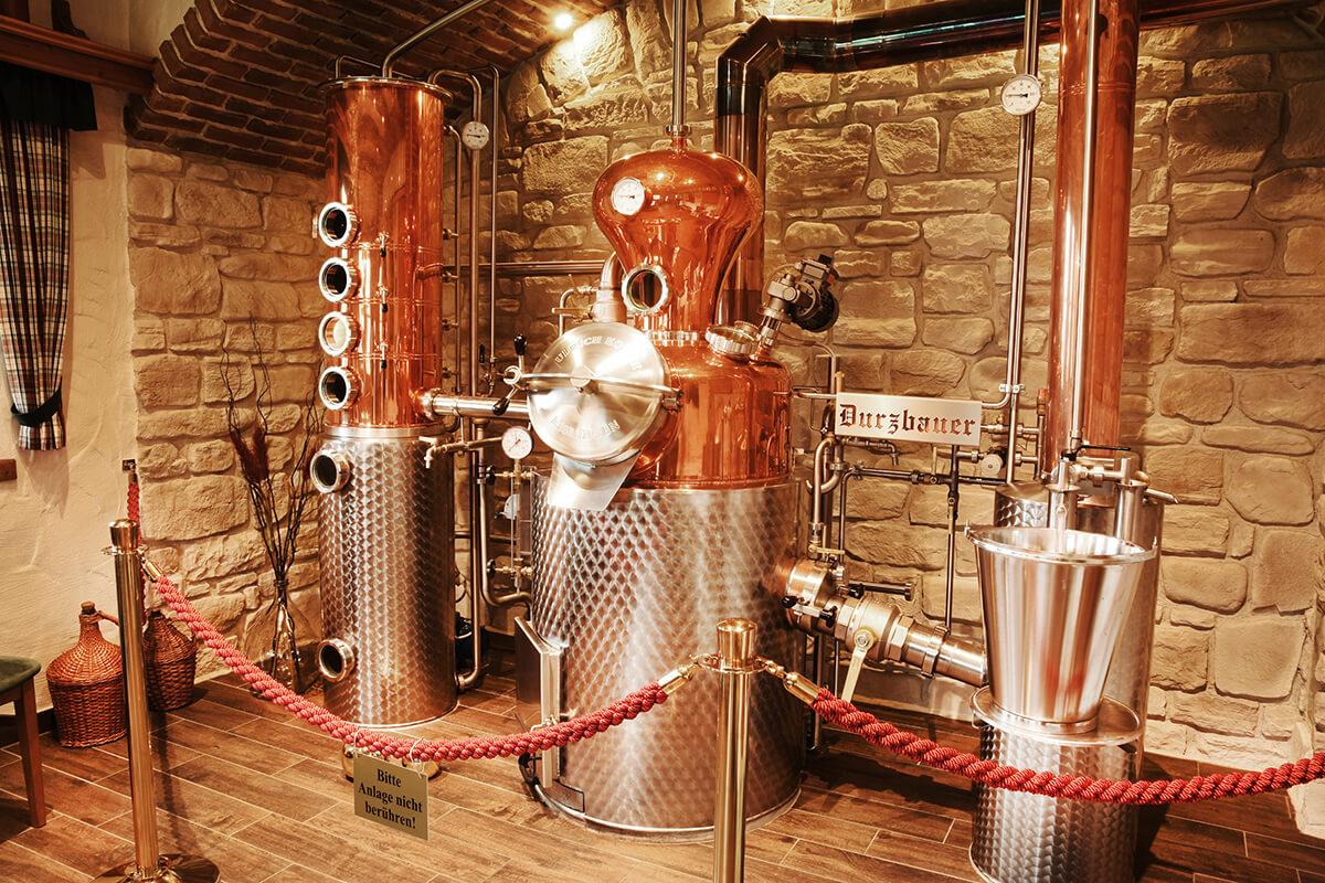 Das glänzende Destillieranlage, hauptsächlich aus Kupfer, in der Brennerei Durzbauer, Bad Hofgastein
