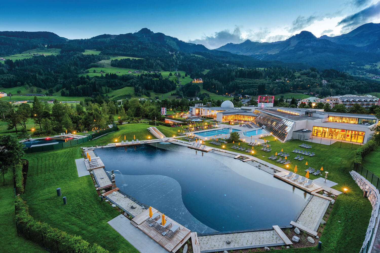 Alpentherme Bad Hofgastein mit Blick auf Gasteiner Bergwelt