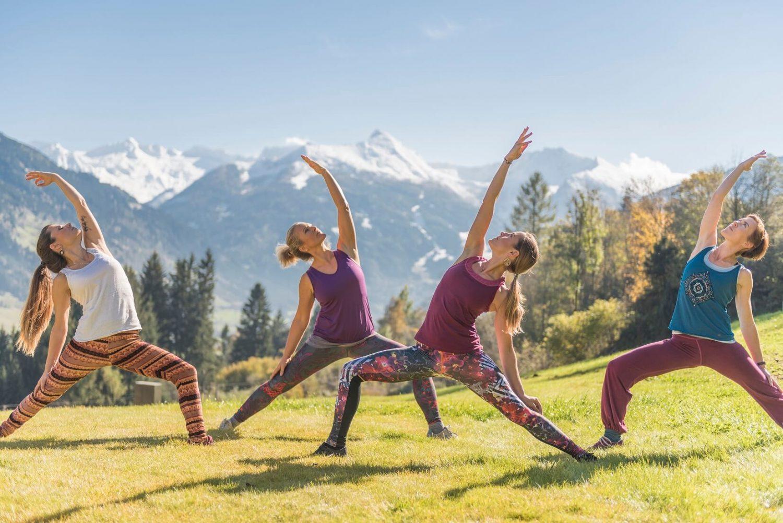 Yoga Gruppe am Berg mit Blick auf den Graukogel