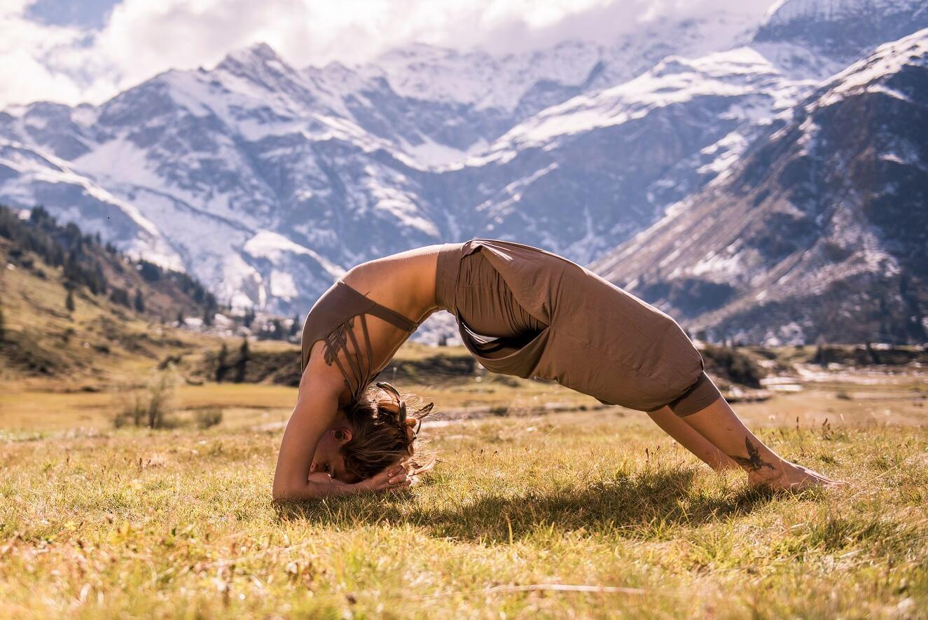 Yoga in Gastein vor schneebedeckten Bergen