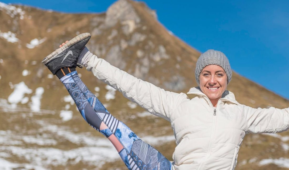 Yoga Dame am Berg