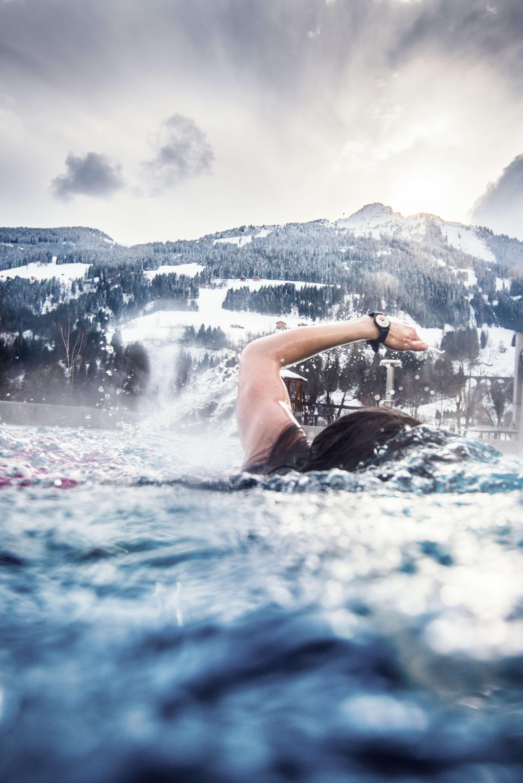 Schwimmen in der Alpentherme Gastein mit Blick auf die Bergwelt
