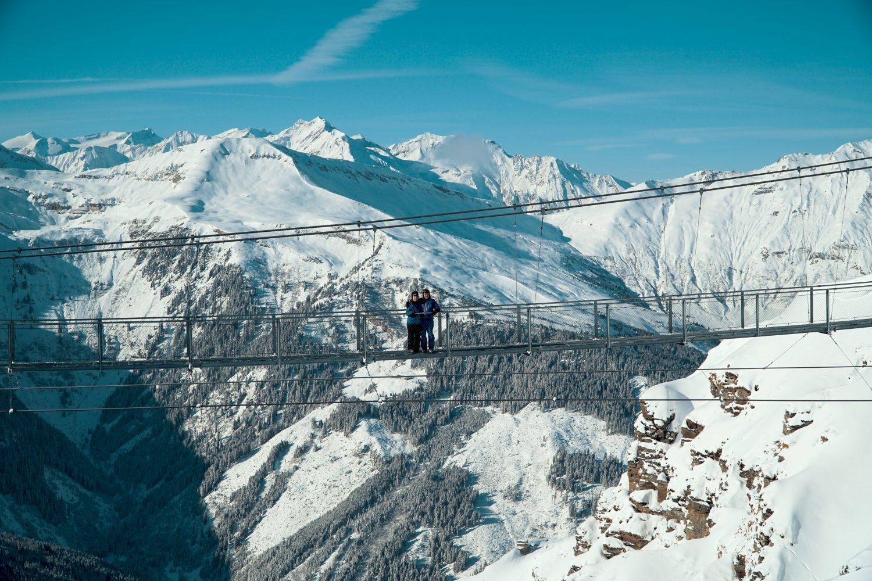 Ein Pärchen steht auf der Hängebrücke am Stubnerkogel.