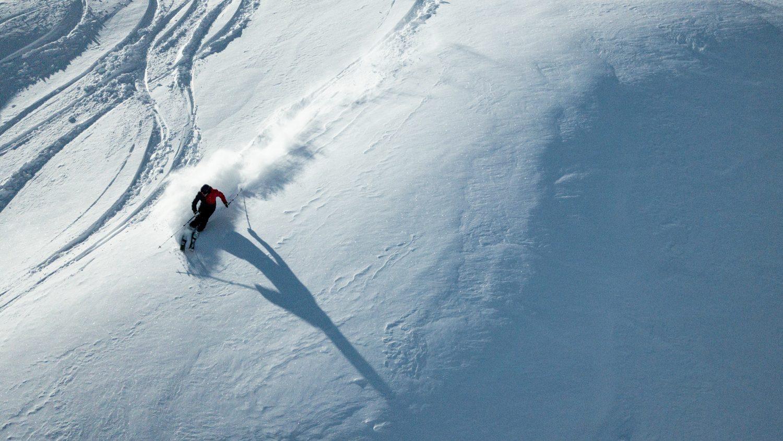 Skifahrer im Tiefschnee in Dorfgastein