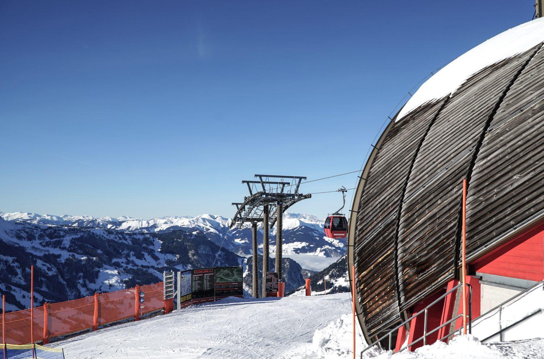 Blick auf die winterliche Bergstation der Dorfgasteiner Fulseckbahn