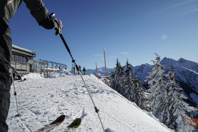 Skifahrer macht sich für die nächste Abfahrt im Skigebiet Dorfgastein bereit