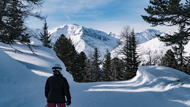 Skifahrer am Graukogel vor der Bergwelt Gasteins