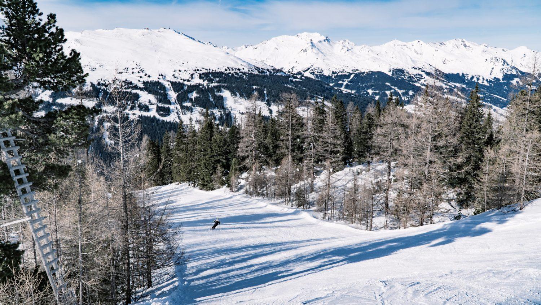 Breite, sonnige Piste am Graukogel mit einem Skifahrer