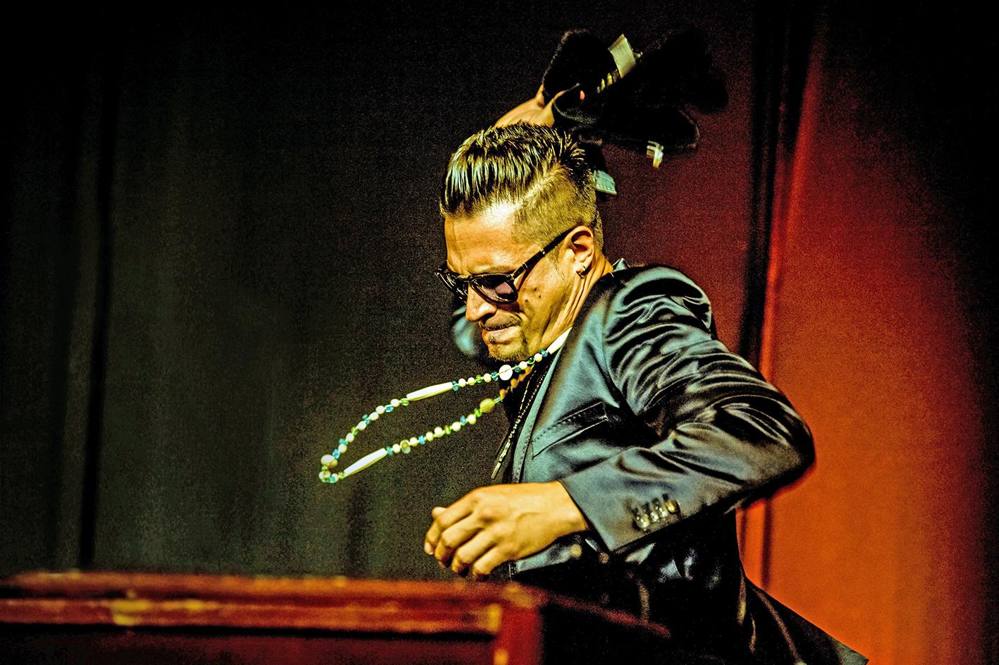 Raphael Wressnig auf der Bühne in voller Action