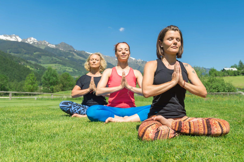 Yoga Damen vor Gasteiner Bergkulisse