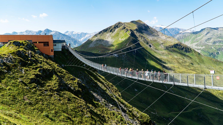 Viele Wanderer überqueren die Hängebrücke am Stubnerkogel in Gastein