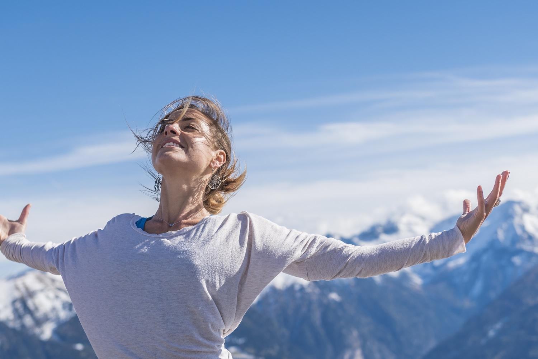 Frau breitet die Arme aus beim Yogaherbst