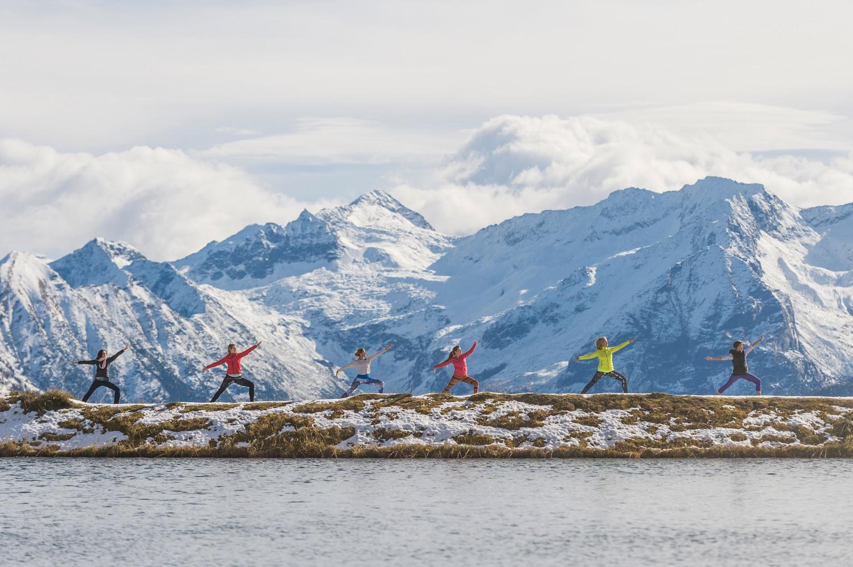 Yogaposen vor den Bergen Gasteins