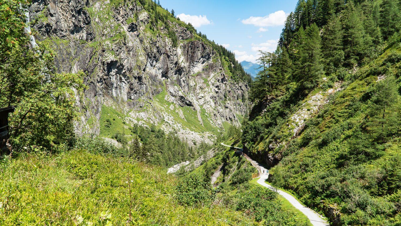 ein schmaler Weg im Tal