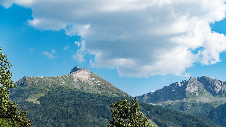 Der Gipfel des Graukogels vor blauem Himmel.