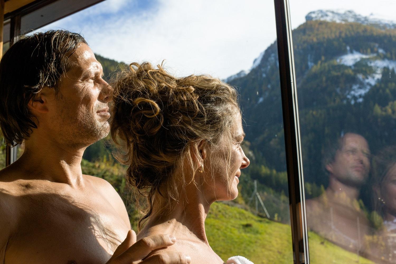 Zwei Menschen blicken aus dem Fenster