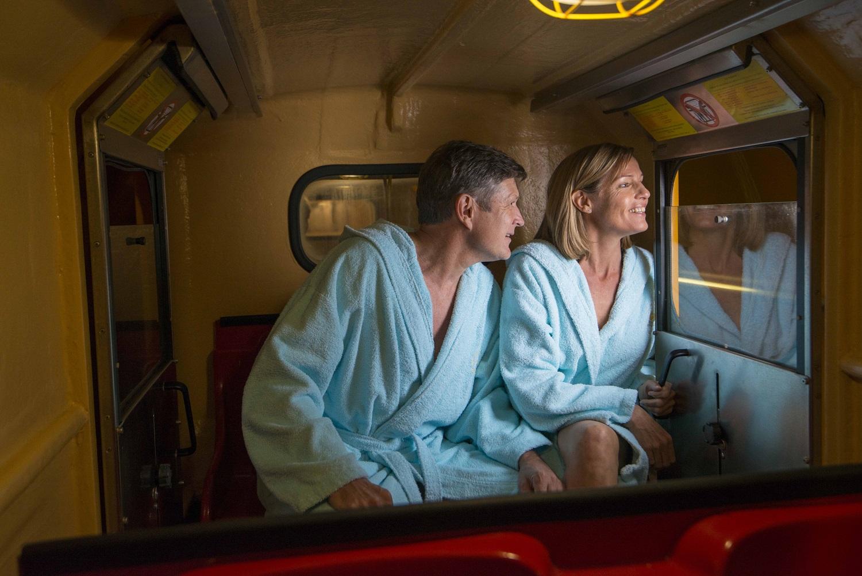 Zwei Personen im Zug