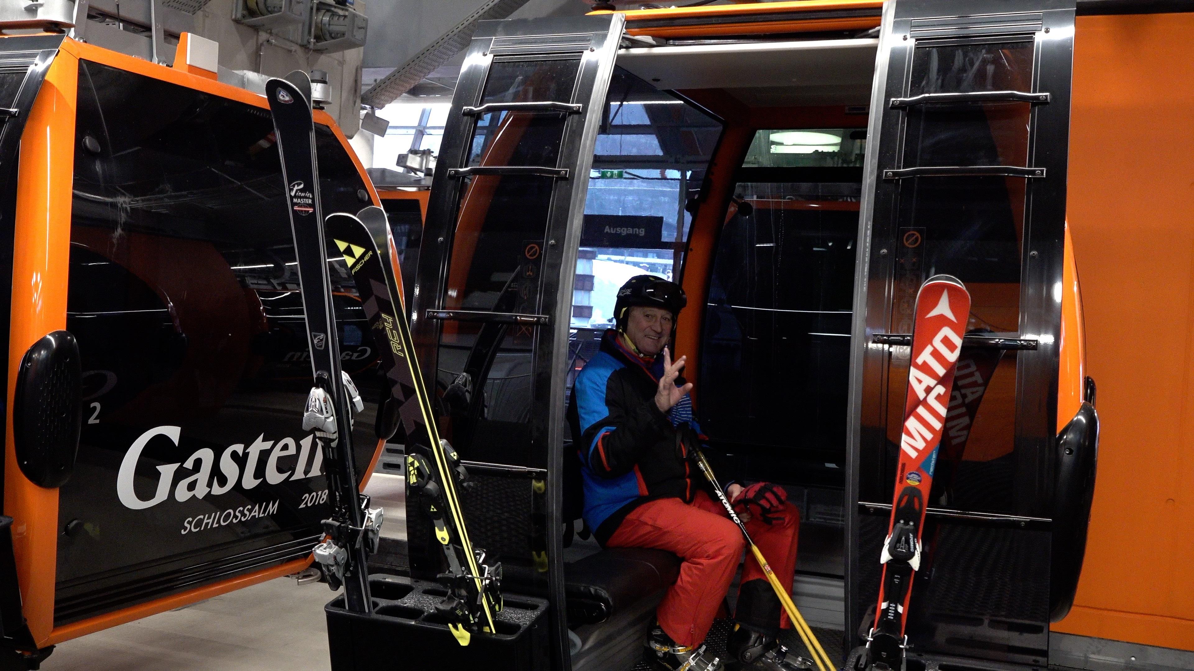 ein Skifahrer in der Gondel