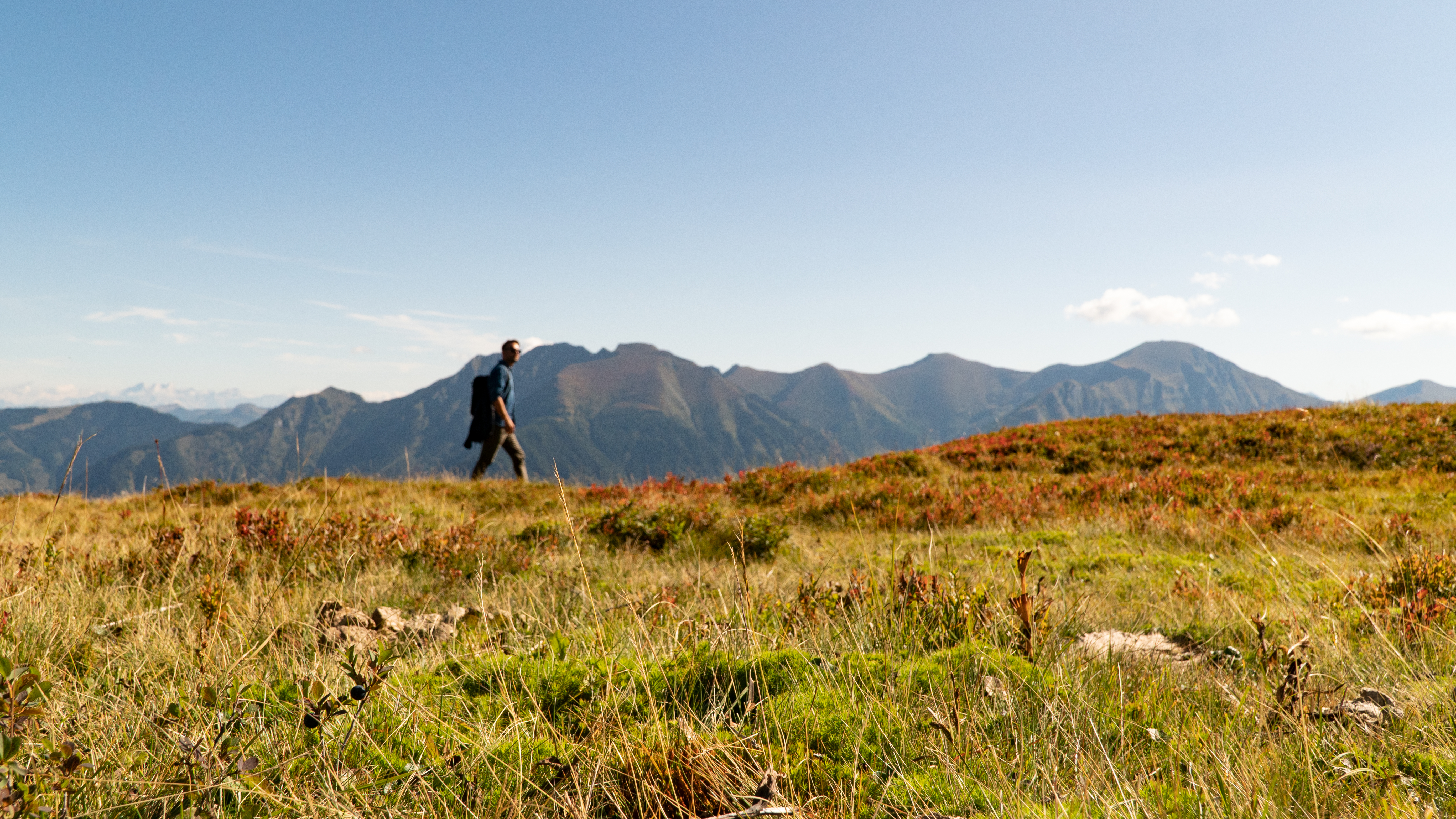 Wanderer vor herrlichem Bergpanorama am Gastein Trail
