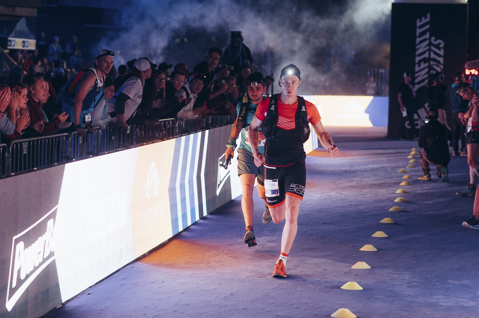 der erste Staffelläufer verlässt die Arena