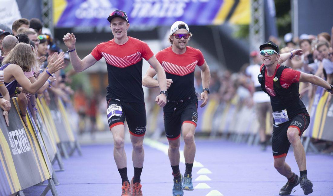 drei Läufer überqueren die Ziellinie
