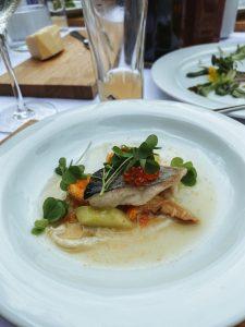 Saibling mit Kaviar, Eierschwammerl, Gurken und Radieschensprossen
