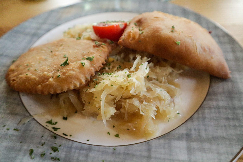 Fleischkrapfen mit Sauerkraut
