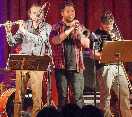 Jazzkonzert im Sägewerk in Gastein. Musiker einer Band, eine Querflöte, eine Trompete und eine Posaune.
