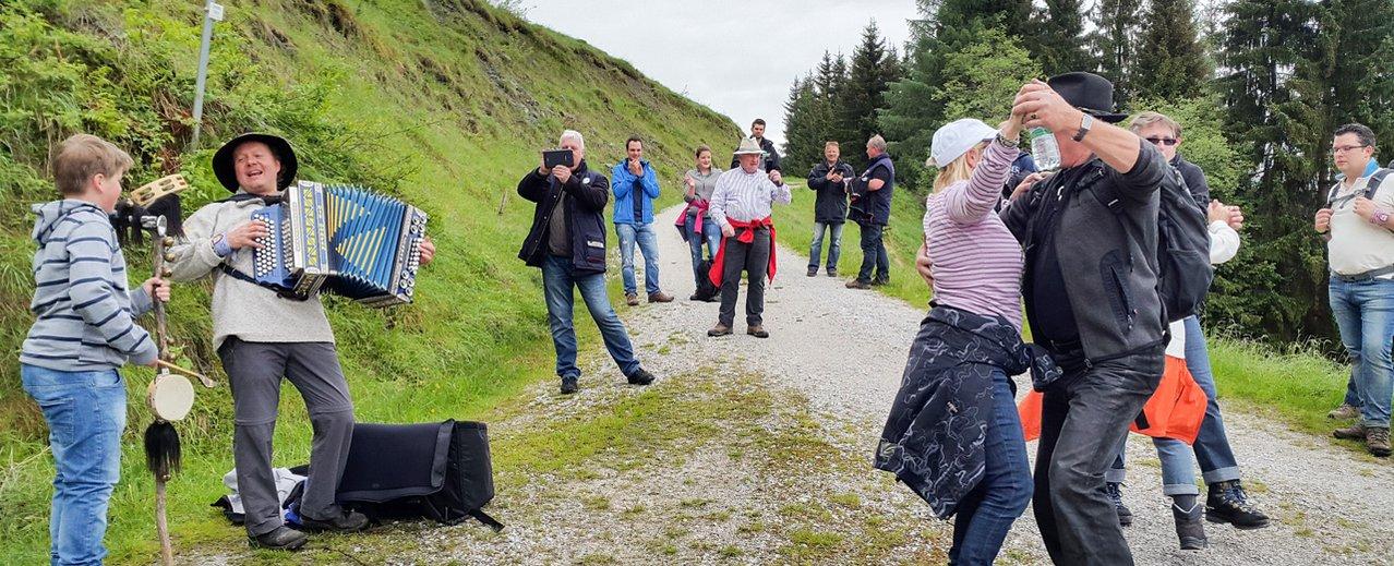 Musikanten und Gäste beim Wandern
