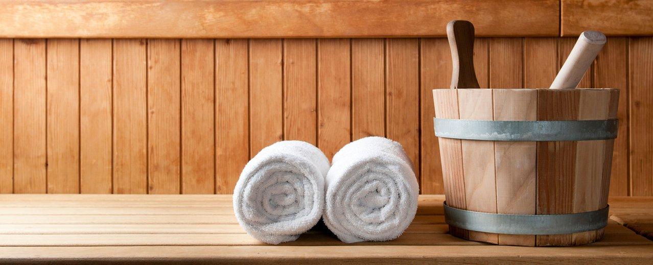 Saunaeimer und Handtücher