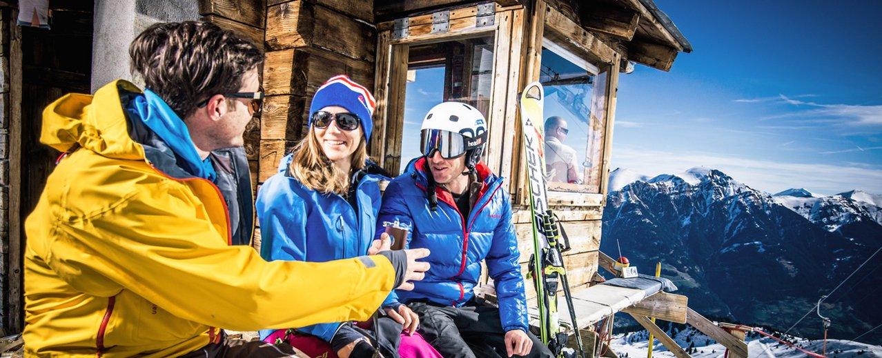 Freestyle - Skifahrer beim Pausieren an der Liftstation