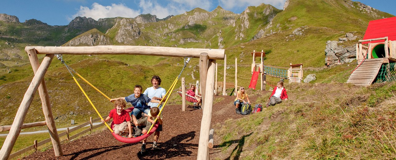 Familie beim Spielen am Outdoor Spielplatz auf 2050m Seehöhe