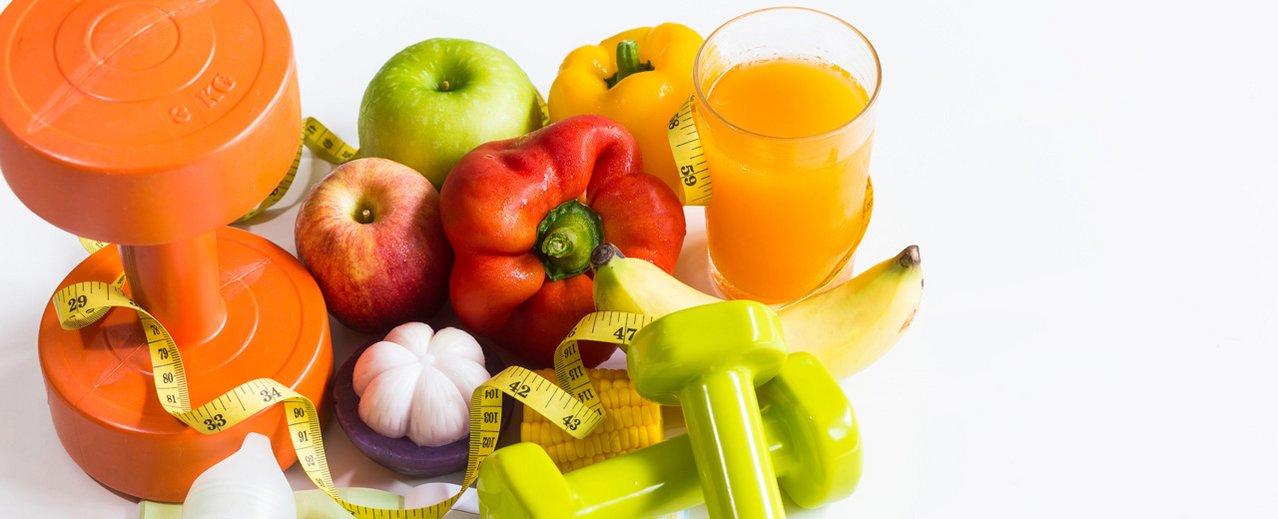Hanteln, Maßband, Obst, Gemüse und Säfte