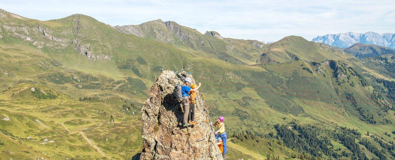Kletterer üben sich am Klettersteig auf der Schlossalm