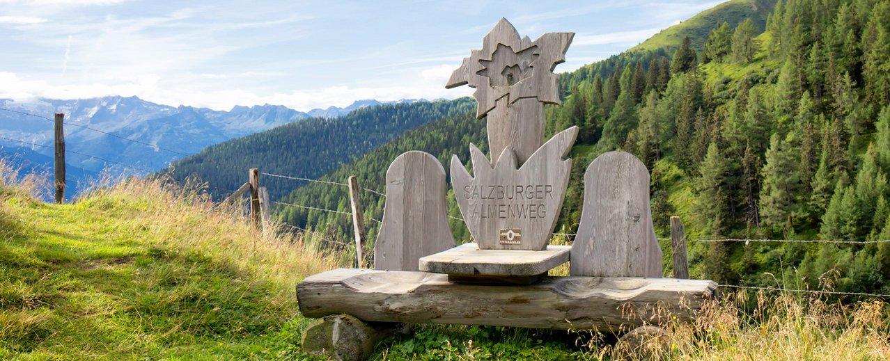 Spezielle Sitzbänke entlang des Salzburger Almenweges im Gasteinertal