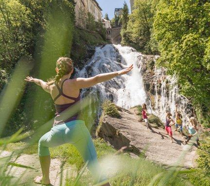 Yogakurs vor dem Gasteiner Wasserfall in Bad Gastein
