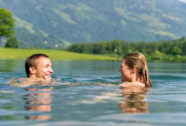 Pärchen beim Schwimmen im Gasteiner Badesee