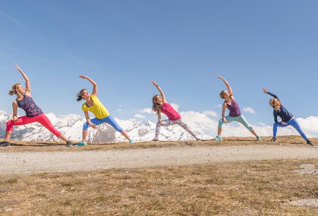 Yoga Übungen vor der Gasteiner Bergkulisse