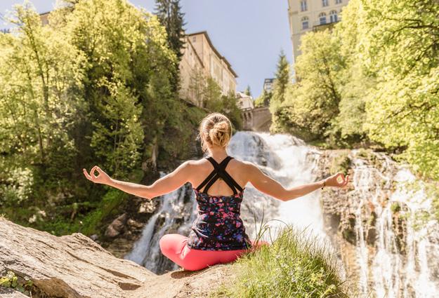 Yoga Übungen vorm Gasteiner Wasserfall