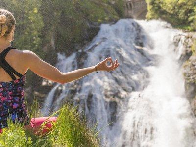 Yoga am Wasserfall